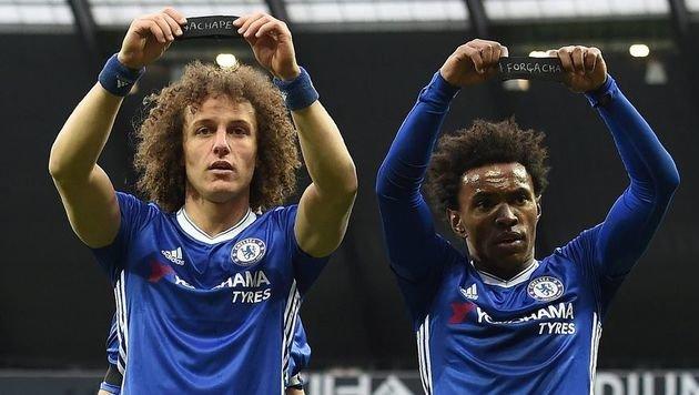 Nach dem tragischen Flugzeugabsturz demonstrierten David Luiz und Willian ihre Anteilnahme - Top! (Bild: APA/AFP/PAUL ELLIS)