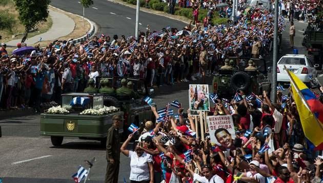 Der Trauerzug wurden von Tausenden Menschen an den Straßen empfangen. (Bild: APA/AFP/JUAN BARRETO)