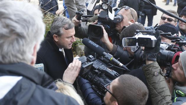 Norbert Hofer vor zahlreichen Medienvertretern (Bild: APA/ERWIN SCHERIAU)