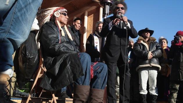 Sioux-Chef Arvol Looking Horse (li.) und Bürgerrechtler Cornel West (re.) (Bild: AP)