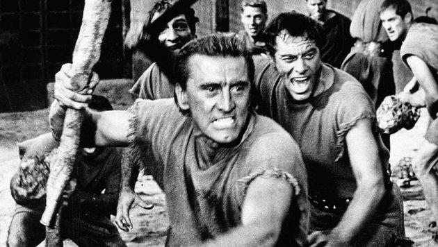 """Kirk Douglas mit einer Keule in einer Kampfszene aus dem amerikanischen Spielfilm """"Spartacus"""" (Bild: Viennareport)"""