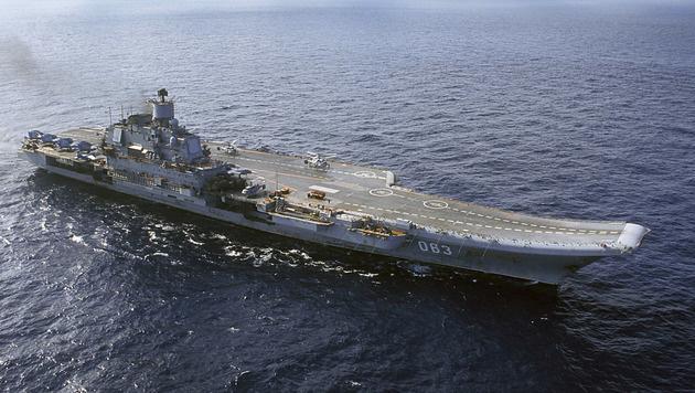 """Die """"Admiral Kusnezow"""" sorgte wegen ihrer dicken schwarzen Abgaswolke für Spott. (Bild: AP)"""