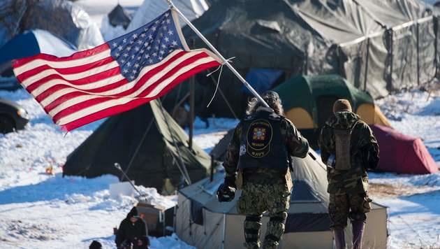 USA: Ureinwohner erkämpfen Pipeline-Baustopp (Bild: APA/AFP/JIM WATSON)