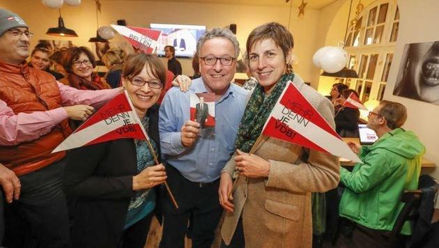 Astrid Rössler Arm in Arm mit den Regierungskollegen LR Martina Berthold und LR H. Schellhorn. (Bild: Markus Tschepp)