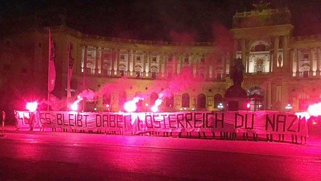 Die Linksaktivisten entrollten das Transparent direkt vor der Wiener Hofburg. (Bild: Twitter.com/autonome antifa [w])