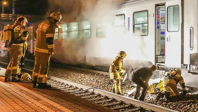 Der Lokführer und die Feuerwehrmänner bei der überhitzten Bremse des Regionalzugs (Bild: MARKUS TSCHEPP)