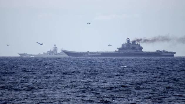 Ein Kampfjet startet über die Bugrampe des Flugzeugträgers in die Lüfte. (Bild: APA/AFP/forsvaret/STR)