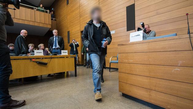 Der Beschuldigte im Gerichtssaal (Bild: APA/dpa/Peter Kneffel)