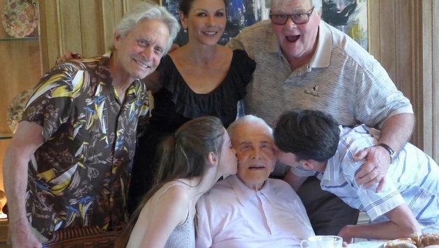 """Der """"Spartacus""""-Held, jetzt mit schlohweißen Haaren, sitzt am gedeckten Tisch, mit seinen Enkeln. (Bild: Viennareport)"""