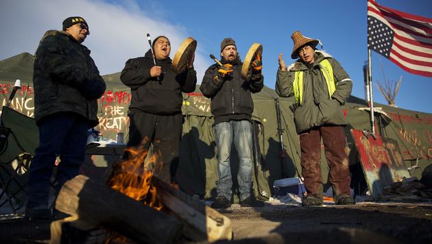 USA: Ureinwohner erkämpfen Pipeline-Baustopp (Bild: AP)