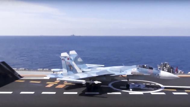 """Ein Kampfjet vom Typ Suchoi Su-33 steht abflugbereit am Flugdeck der """"Admiral Kusnezow"""". (Bild: AP)"""