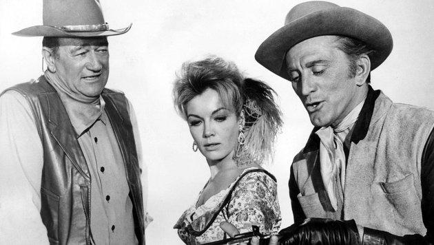 """Johan Wayne, Kirk Douglas und Joanna Barnes, in einer Szene aus dem Spielfilm """"Die Gewaltigen"""" (Bild: Viennareport)"""
