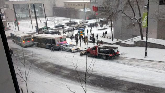 ... und dann kann auch der Schneepflug nicht mehr bremsen und kracht seinerseits in das Polizeiauto. (Bild: facebook.com/Willem Shepherd)