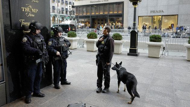 Großes Sicherheitsaufgebot rund um den Trump Tower in New York (Bild: AP (Archivbild))