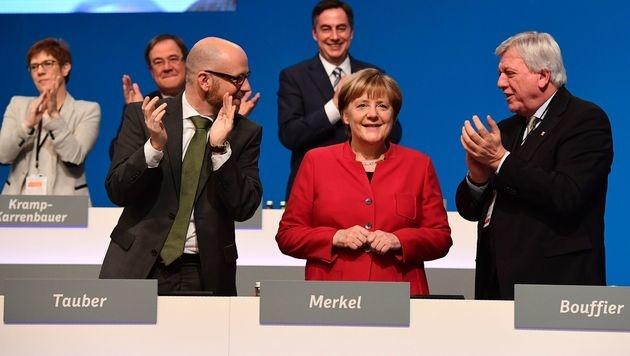Applaus für Angela Merkel (Bild: APA/AFP/TOBIAS SCHWARZ)