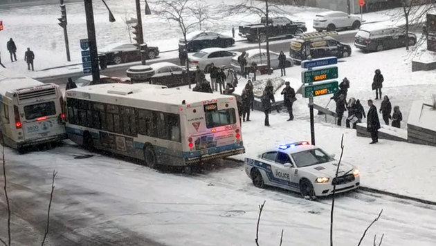 Zuerst rutscht das Polizeiauto in den Bus, der zuvor in einen anderen Bus gerutscht war, ... (Bild: facebook.com/Willem Shepherd)