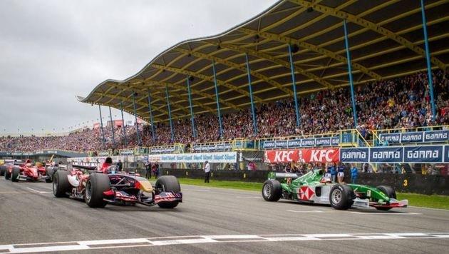 In Assen (Nl) bestaunten heuer 90.000 Fans Gerstls Triumph im Toro Rosso (li.)! (Bild: 2013 Michael Kavena)