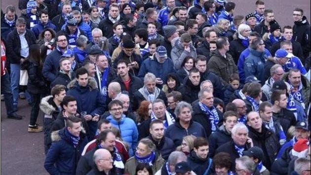Rund 4.000 Schalke-Fans kündigen sich fürs Spiel am Donnerstag an. (Bild: AP)
