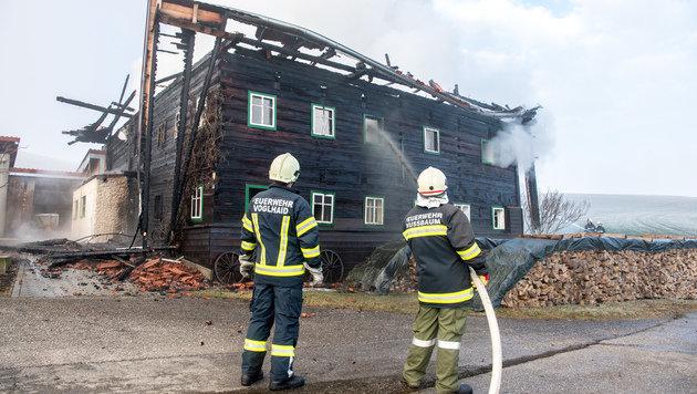 Acht Feuerwehren mit 100 Helfern konnten nicht verhindern, dass das Holzhaus komplett ausbrannte. (Bild: Werner Kerschbaummayr)
