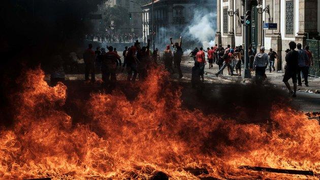 30 Verletzte bei wilden Straßenschlachten in Rio (Bild: APA/AFP/YASUYOSHI CHIBA)