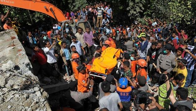 Dutzende Tote bei Erdbeben in Indonesien (Bild: APA/AFP/CHAIDEER MAHYUDDIN)