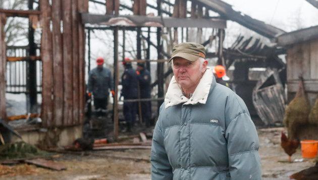 Reiterhofbesitzer Ernst Eder vor dem niedergebrannten Stall. (Bild: Pressefoto Scharinger)