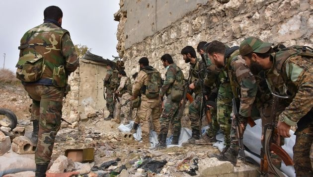 Soldaten der syrischen Armee im Häuserkampf von Aleppo (Bild: APA/AFP/GEORGE OURFALIAN)