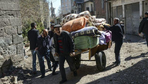 Die Situation in Sur trieb Zehntausende Kurden in die Flucht. (Bild: APA/AFP/ILYAS AKENGIN)