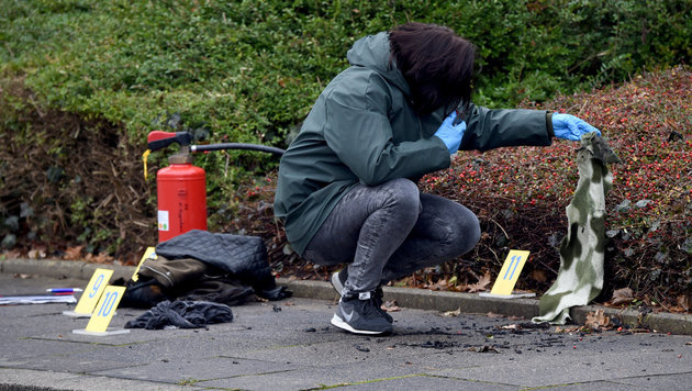 Eine Kriminalbeamtin am Tatort in Kronshagen bei Kiel (Bild: APA/dpa/Carsten Rehder)