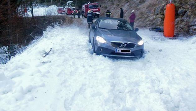 Der Wagen der beiden Wiener blieb im Schnee stecken. (Bild: APA/FF OBERTRAUN)