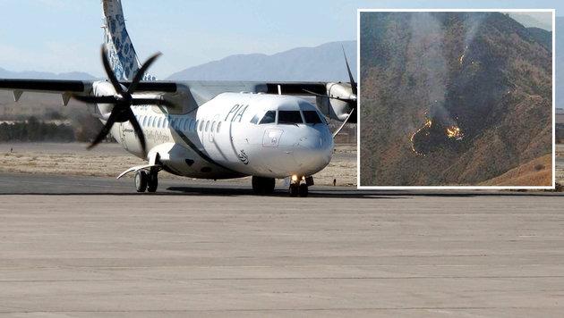 Ein Flugzeug des Typs ATR-42 und die Absturzstelle in Pakistans Bergen (Bild: EPA)