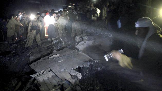 Soldaten und Rettungskräfte an der Absturzstelle (Bild: Associated Press)