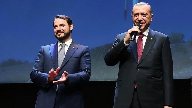 Erdogan mit Schwiegersohn Berat Albayrak (li.) (Bild: AP)