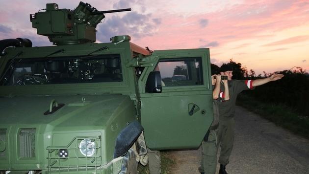 """Vor allem im Burgenland bewacht das Heer mit Aufklärungsfahrzeugen des Typs """"Husar"""" die Grenze. (Bild: Andreas Jordanich/Bundesheer)"""