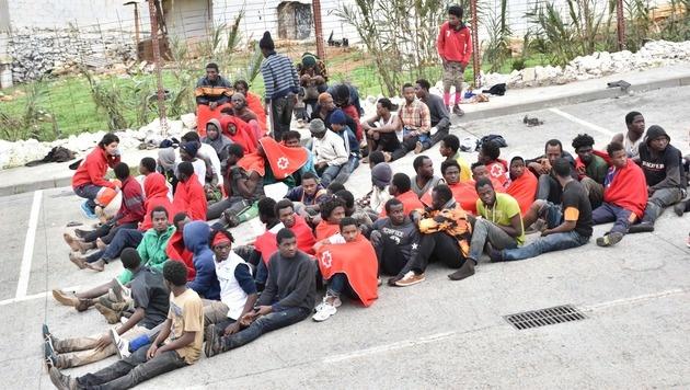 Ceuta: Fast 400 Migranten stürmen Grenze in die EU (Bild: APA/AFP/ANTONIO SEMPERE)