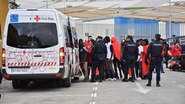 Von der Polizei aufgegriffene Flüchtlinge werden in Ceuta vom Roten Kreuz behandelt. (Bild: APA/AFP/ANTONIO SEMPERE)
