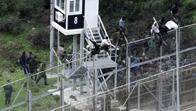 Ceuta: Fast 400 Migranten stürmen Grenze in die EU (Bild: EPA/REDUAN (Archivbild))