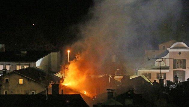 Dachstuhl von Altstadthaus völlig ausgebrannt (Bild: Markus Leitner BRK)