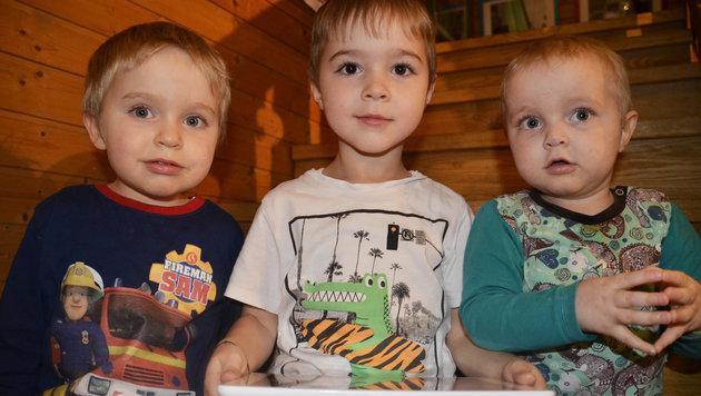 Benedikt (re.) wurde wieder gesund; der kleine Max (li.) braucht Hilfe. Leonhard (4) hofft mit ihm. (Bild: Claudia Fulterer)