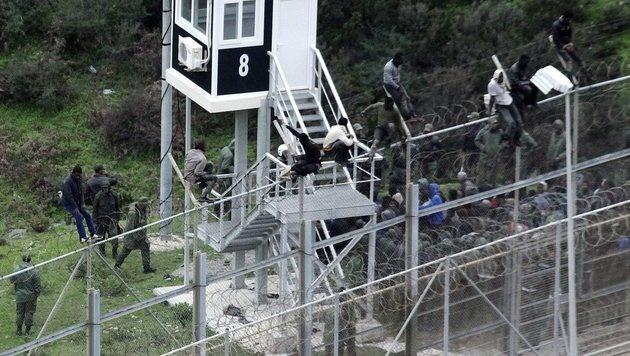 Tausend Afrikaner scheitern mit Ansturm auf Ceuta (Bild: EPA/REDUAN (Archivbild))