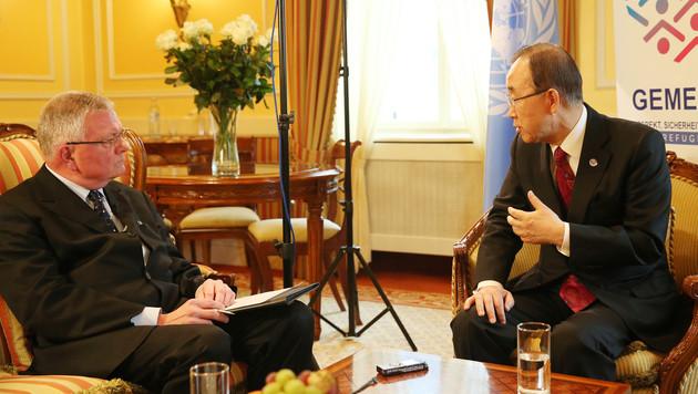 """UNO-General Ban Ki Moon im Gespräch mit """"Krone""""-Außenpolitiker Kurt Seinitz (Bild: Peter Tomschi)"""