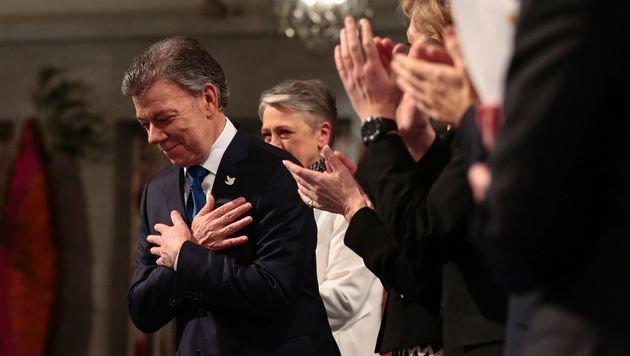 Kolumbiens Präsident Juan Manuel Santos bekommt den Friedensnobelpreis verliehen. (Bild: ASSOCIATED PRESS)