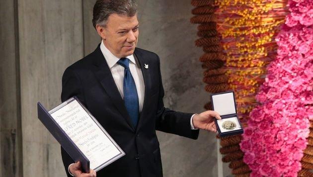 Kolumbiens Präsident Juan Manuel Santos bekommt den Friedensnobelpreis verliehen. (Bild: APA/AFP/NTB Scanpix/LISE ASERUD)