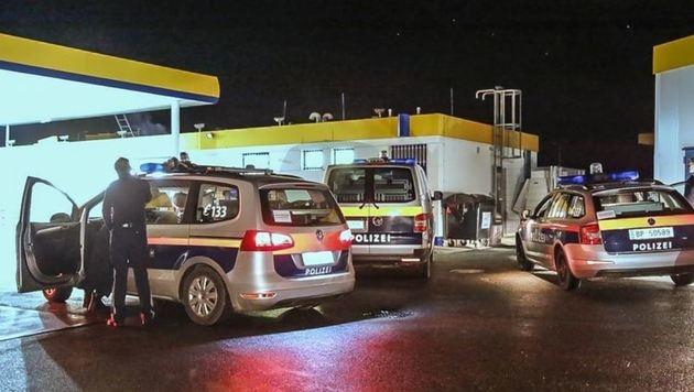 """Tatort Elixhausen: Die Polizei war rasch bei der Tankstelle. Doch der """"Kleine"""" war verschwunden. (Bild: Markus Tschepp)"""