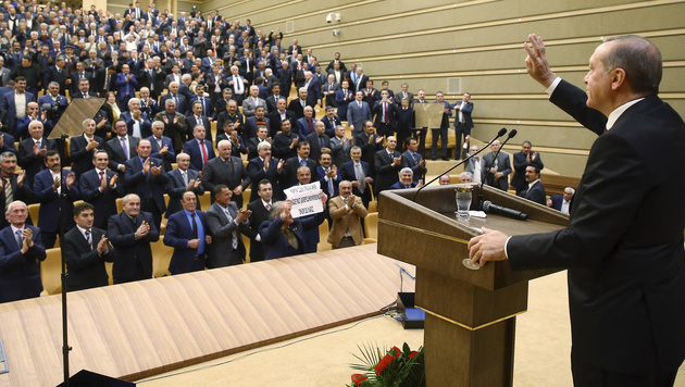Recep Tayyip Erdogan bei einer Rede in Ankara (Bild: AP)