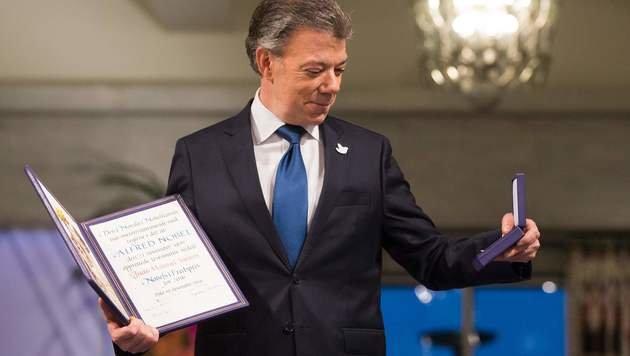 Kolumbiens Präsident Juan Manuel Santos bekommt den Friedensnobelpreis verliehen. (Bild: APA/AFP/NTB SCANPIX/HAAKON MOSVOLD LARSEN)