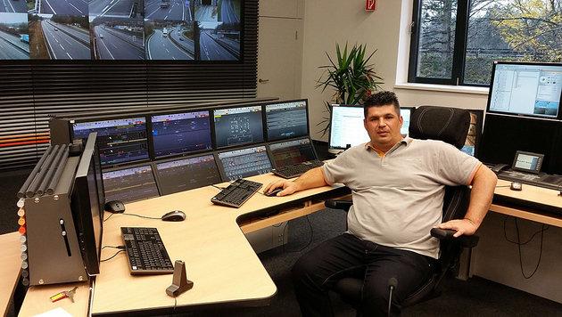 Asfinag-Mitarbeiter Rade Jovanovic an seinem Arbeitsplatz: Er verhinderte eine Katastrophe. (Bild: Asfinag)