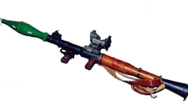 Eine RPG-7 mit einer hülsenförmigen Treibladung, die an die Granate geschraubt wird (Bild: Wikipedia)