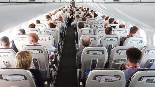 Fluggäste protestierten gegen Zwischenlandung (Bild: APA/AFP/MICHAEL BUHOLZER (Symbolbild))