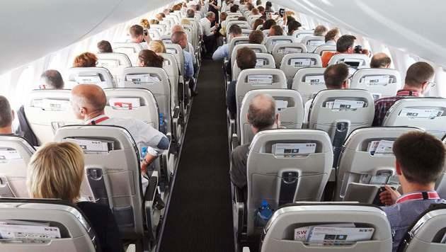 Steward schlägt Fluggast mit Weinflaschen auf Kopf (Bild: APA/AFP/Michael Buholzer (Symbolbild))